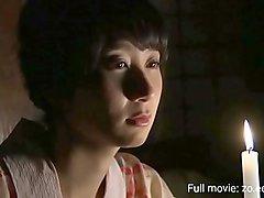 Linda mulher japonesa caso com homem grande galo