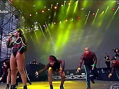 Cantora Iza em show de collant fio dental - Lollapalooza