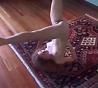 Novinha del&iacute_cia fazendo Yoga nua parte 5