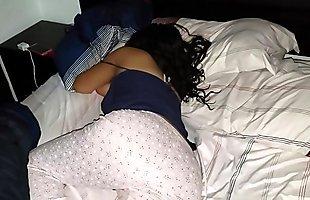 Desnudé_ a mi hermana dormida y le metí_ los dedos