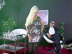 deutsche blondine mit dicken titten wird eingeritten.