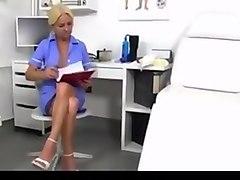 Vera enfermera jalandosela a un sujeto y se viene en sus tetas